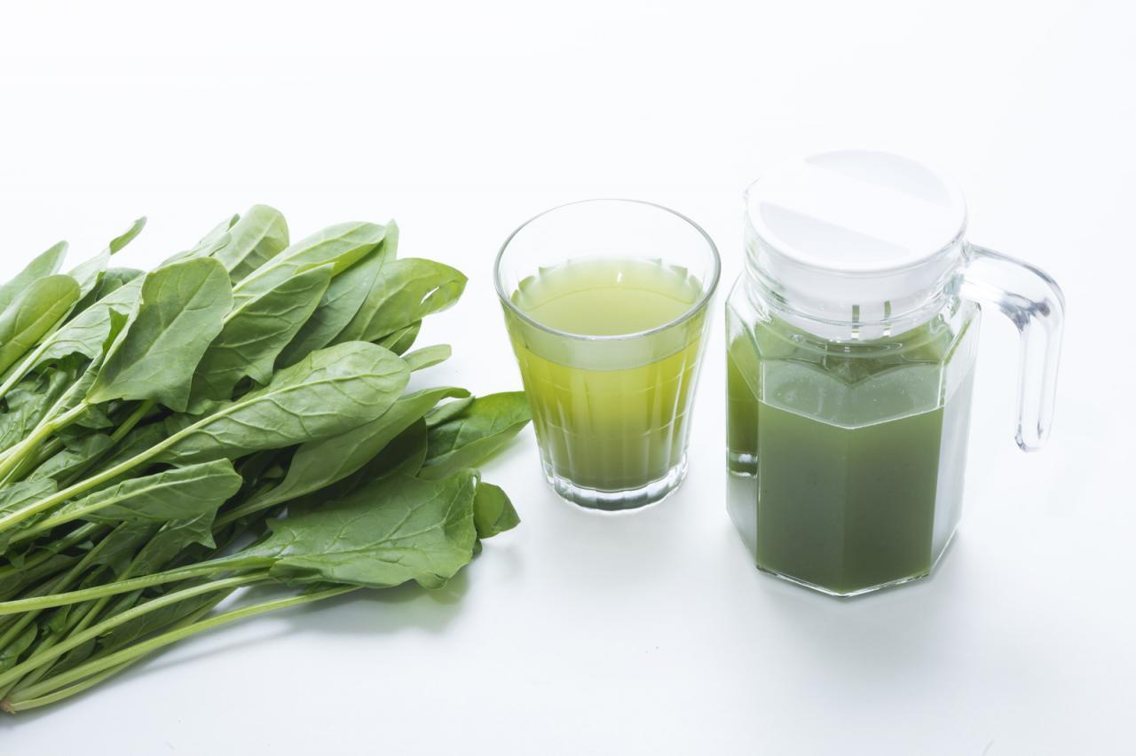 葉物野菜とポットに入った青汁、グラス フリー素材のぱくたそ
