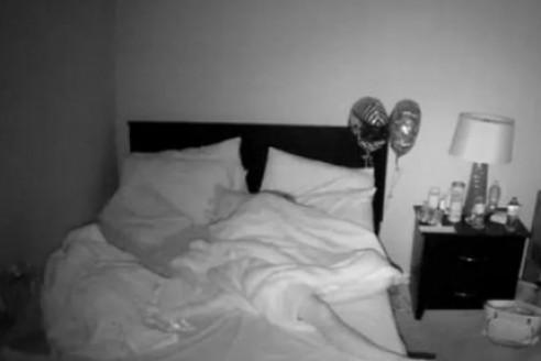 svartvid bild på en säng i ett sovrum